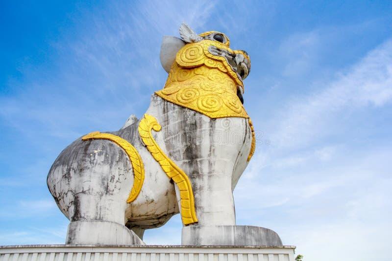 Lejonstaty på det Surasri lägret, Kanchanaburi, Thailand arkivbild