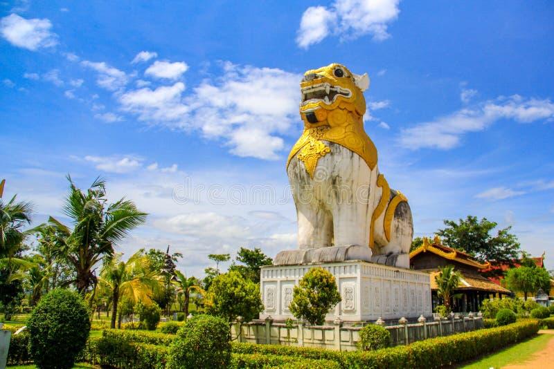 Lejonstaty på det Surasri lägret, Kanchanaburi, Thailand royaltyfri foto