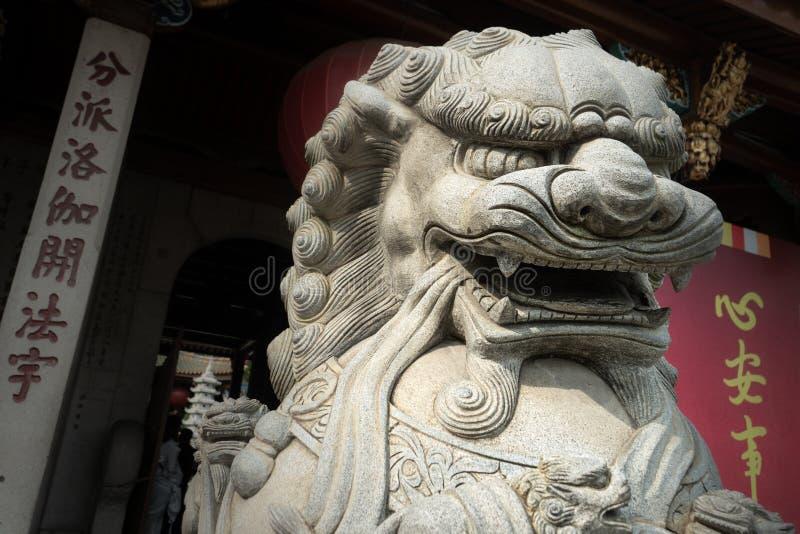 Lejonstaty på en kinesisk tempel arkivbild