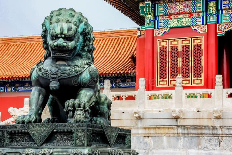 Lejonstaty på Forbidden City, Peking, Kina royaltyfri bild