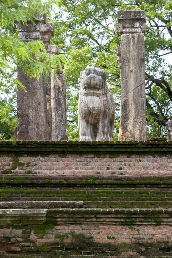Lejonstatyn inom rådkammaren av konungen Nissankamamalla på Polonnaruwa i Sri Lanka arkivfoton