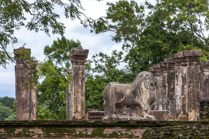 Lejonstatyn inom rådkammaren av konungen Nissankamamalla på Polonnaruwa i Sri Lanka arkivbilder