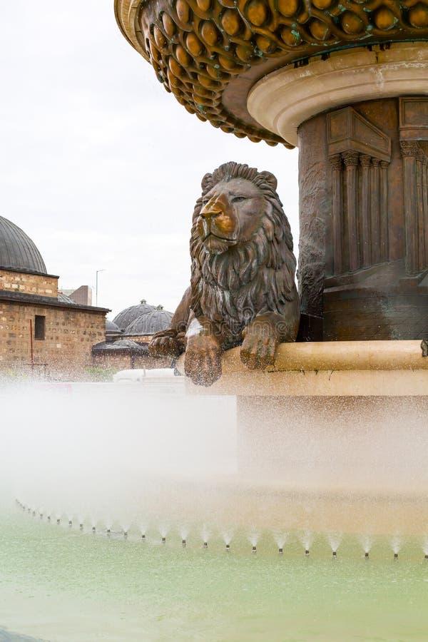 Lejonstatyspringbrunn i centrum av Skopje arkivbilder