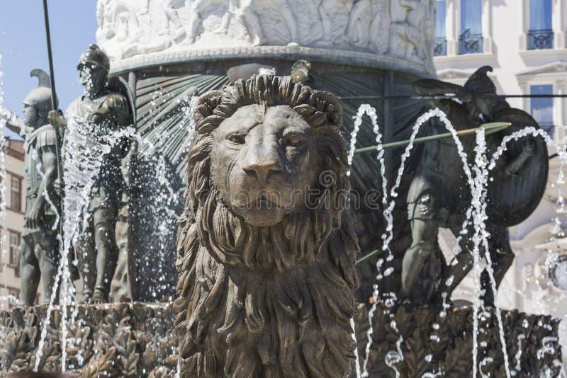 Lejonstatyspringbrunn i centrum av Skopje, Makedonien arkivbilder
