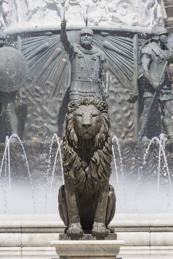 Lejonstatyspringbrunn i centrum av Skopje, Makedonien arkivfoto