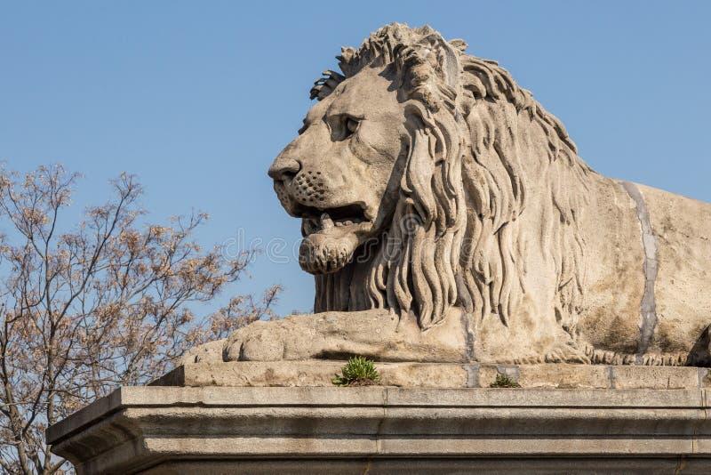 Lejonstenstatyn lägger på den sockeln för ` s arkivfoton