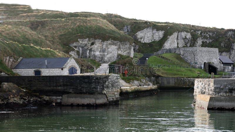 Lek av Ballintoy för biskopsstolPyke ö hamn N ireland arkivfoto