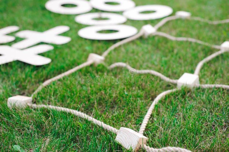 Lek för muskelryckningTac-Toe Lek på grönt gräs royaltyfria foton