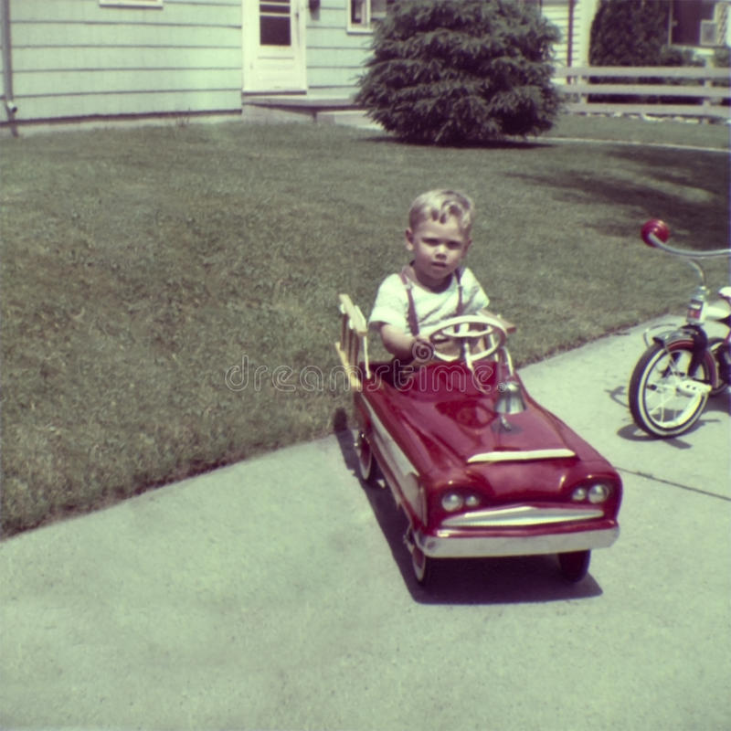 Lek för pojke för Retro foto för tappning ung i pedal- bil arkivbilder