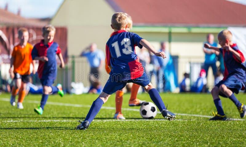 Lek för pojkefotbollfotboll på graden royaltyfri foto