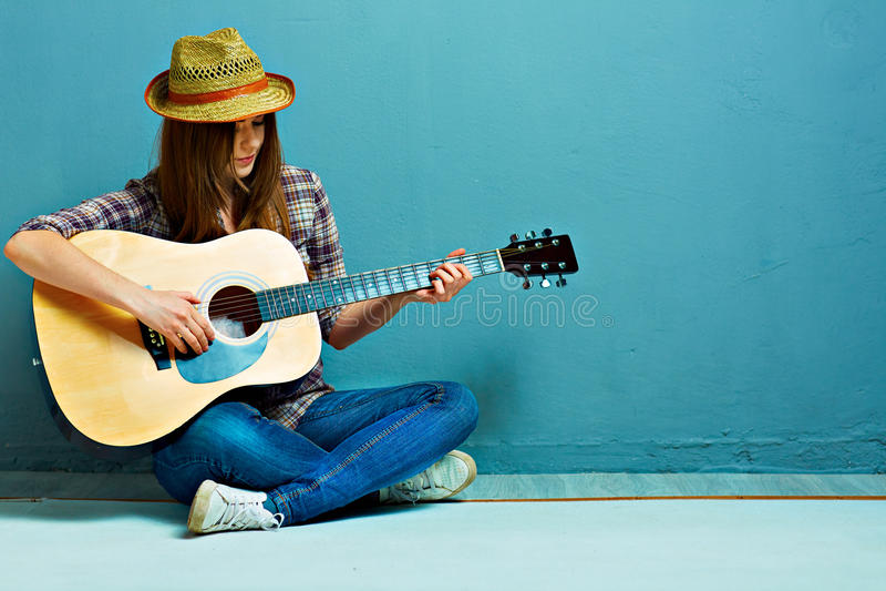 Lek för tonåringflickagitarr royaltyfri foto