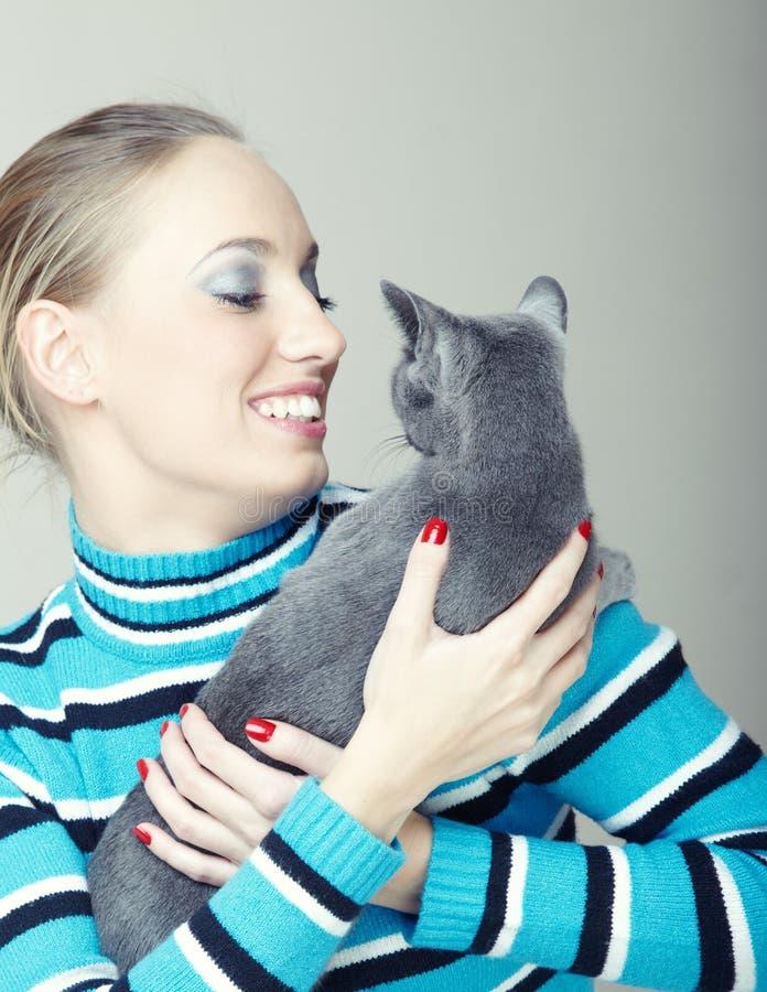 Lek med katten royaltyfri bild