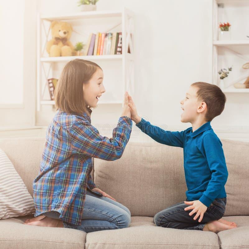 Lek som tillsammans applåderar händer, barnlek royaltyfri fotografi