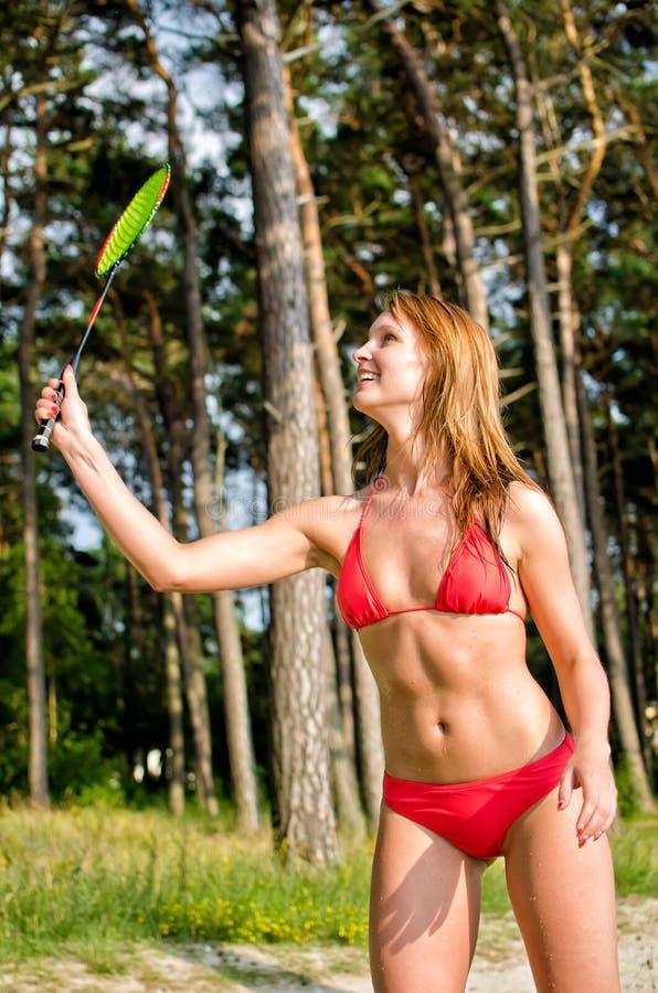 Leka badminton för nätt kvinna arkivbilder