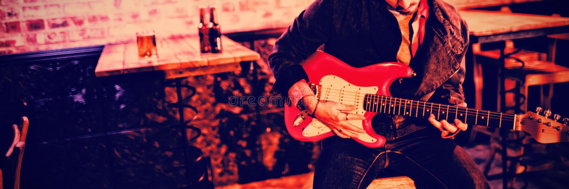 leka barn för gitarrman royaltyfria bilder