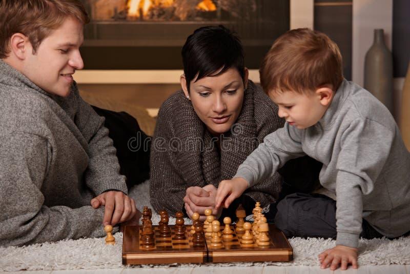 leka barn för schackfamilj