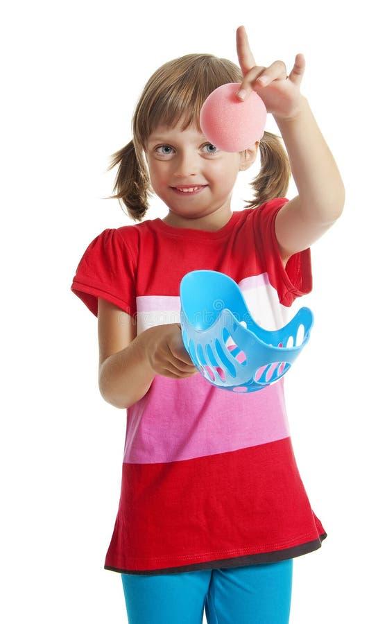 Leka bollspel för liten flicka arkivbild