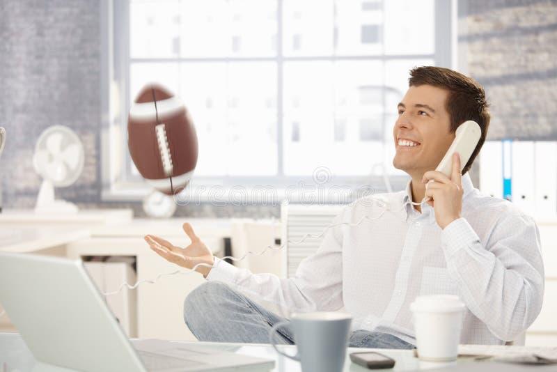 leka för affärsmanfotbollkontor royaltyfria foton
