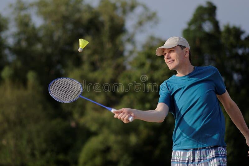 leka för badmintonman arkivfoton