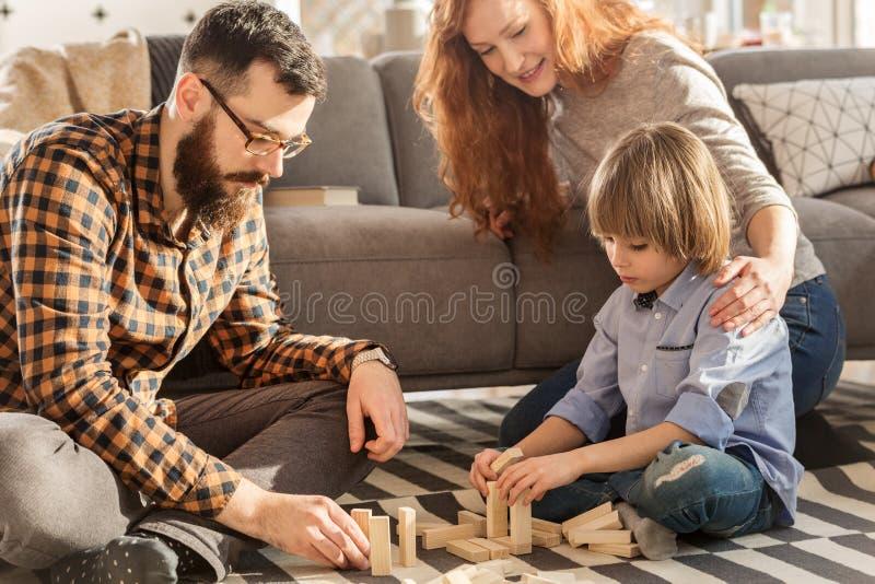 leka för barnföräldrar som är deras arkivbilder