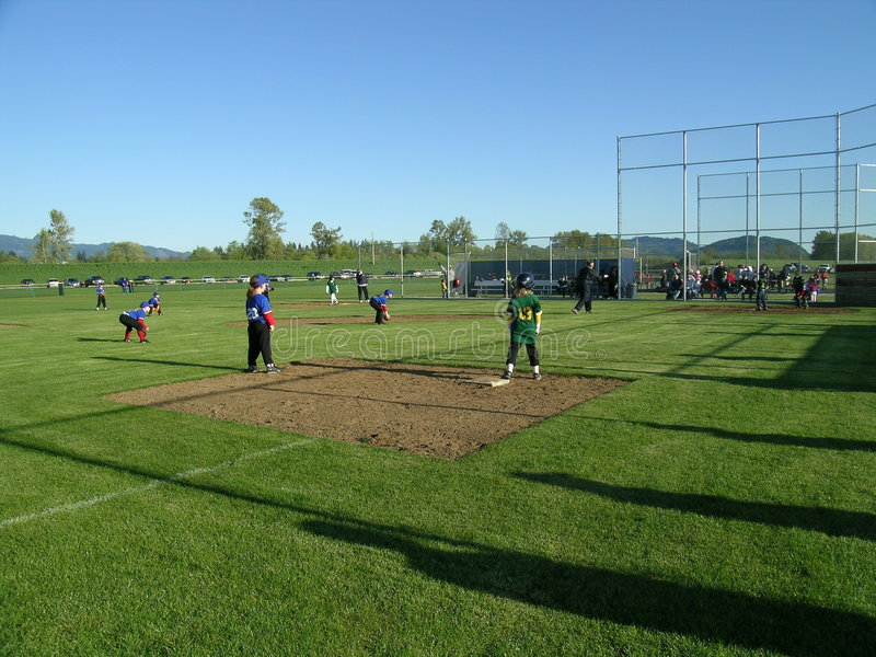 leka för baseballungar fotografering för bildbyråer