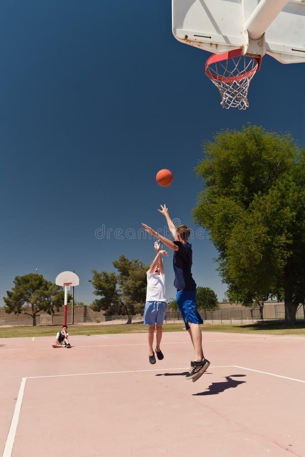 leka för basketpojkar royaltyfri bild