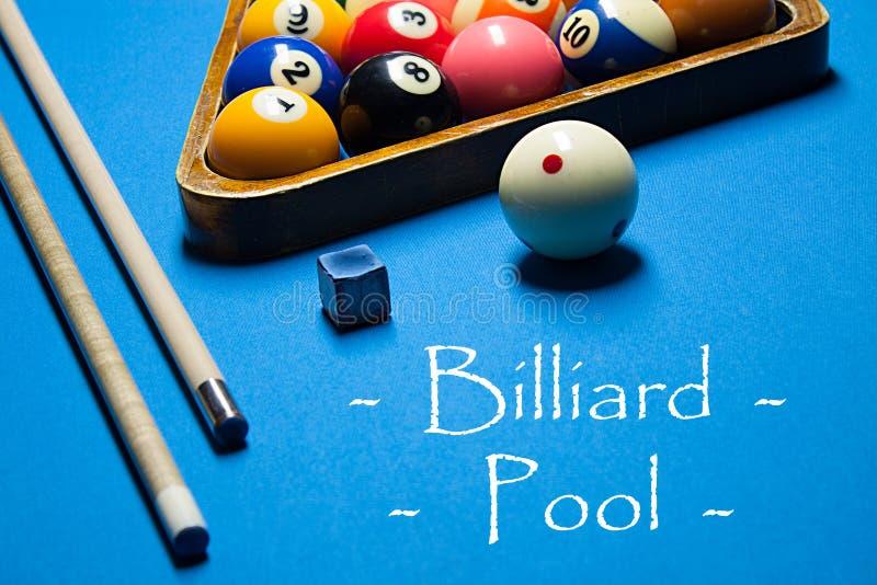 leka för billiard Biljardbollar och stickreplik på biljardtabellen Bi arkivbild