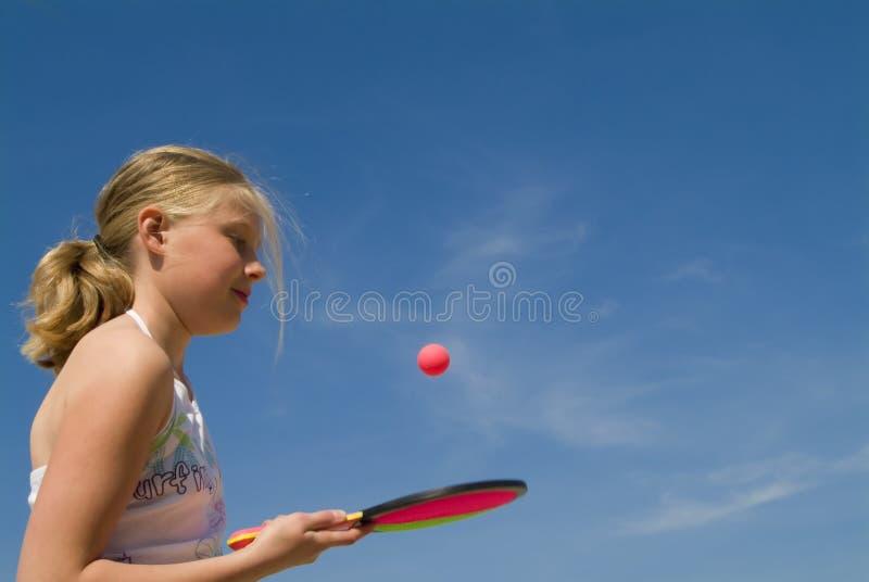 leka för bollspelflicka fotografering för bildbyråer