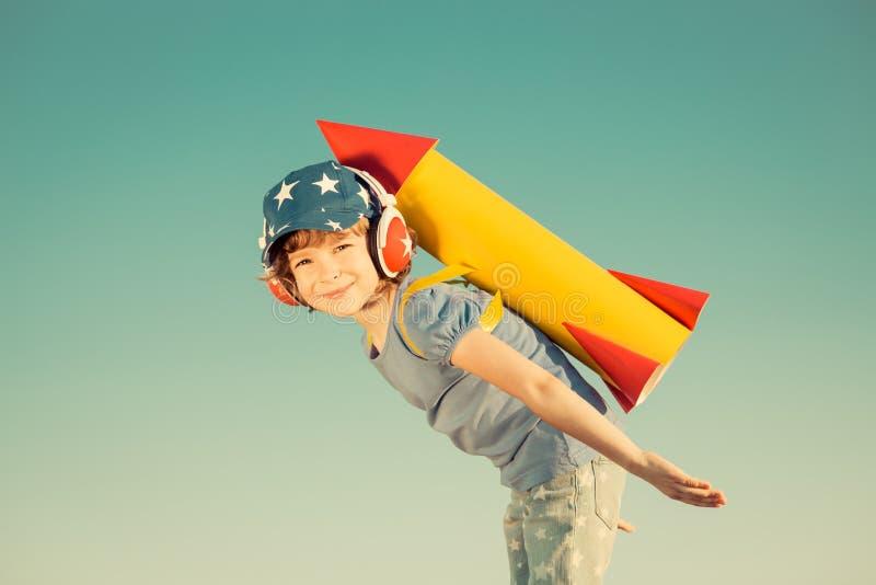 leka för det fria för barn lyckligt arkivbilder
