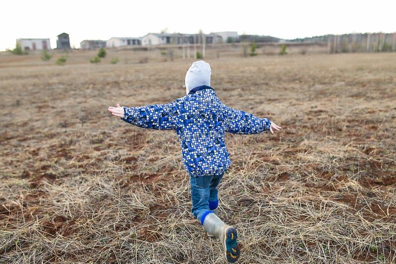 leka för det fria för barn lyckligt royaltyfri fotografi