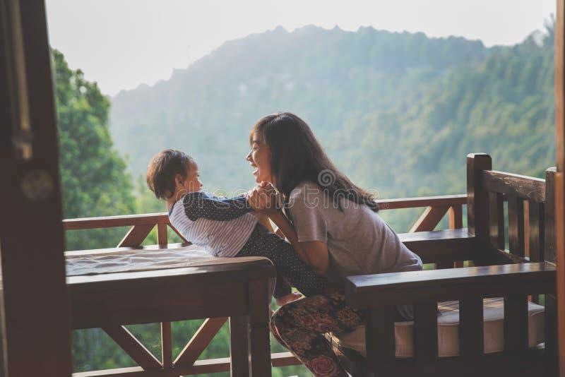 leka för dottermoder arkivfoto