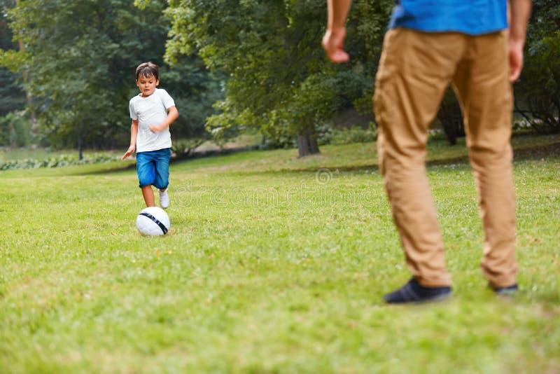 leka för familjfotboll fadergyckel som har sonen fotografering för bildbyråer