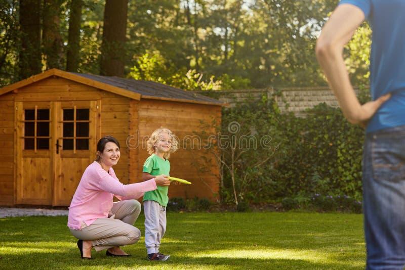 leka för familjträdgård royaltyfria bilder