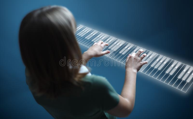 leka för flickatangentbordpiano som är faktiskt royaltyfri fotografi