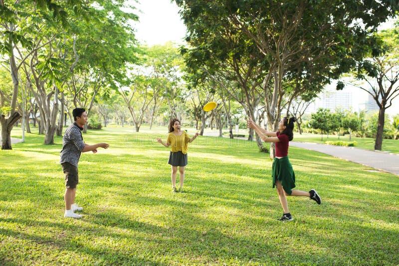 leka för frisbee royaltyfri bild