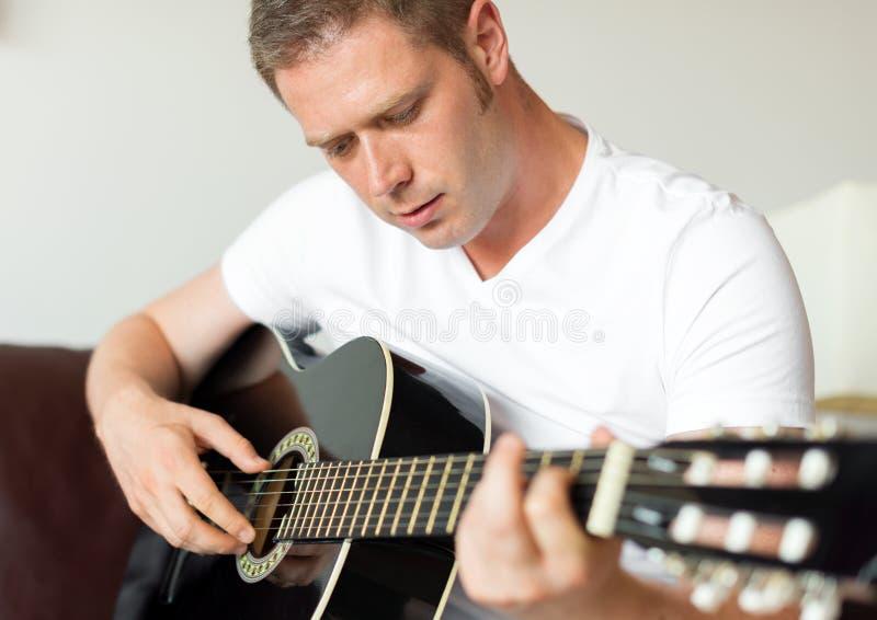 leka för gitarrman arkivbild