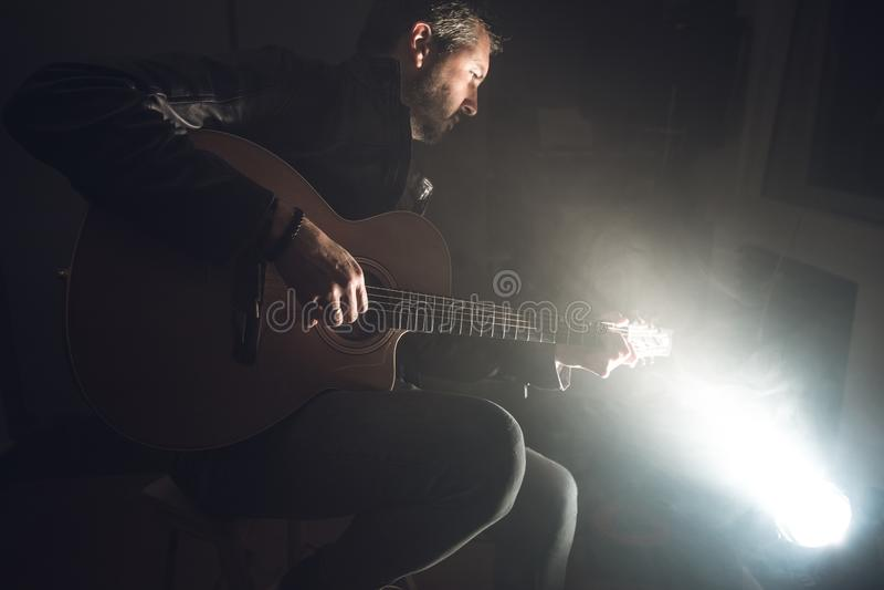 leka för gitarrman Gitarristen arrangerar på fotografering för bildbyråer