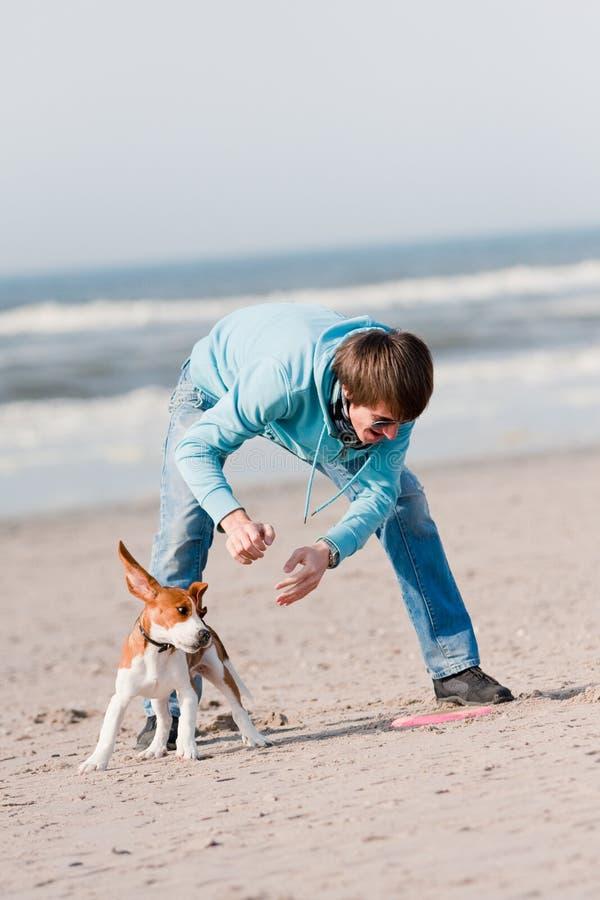leka för hundman arkivfoton