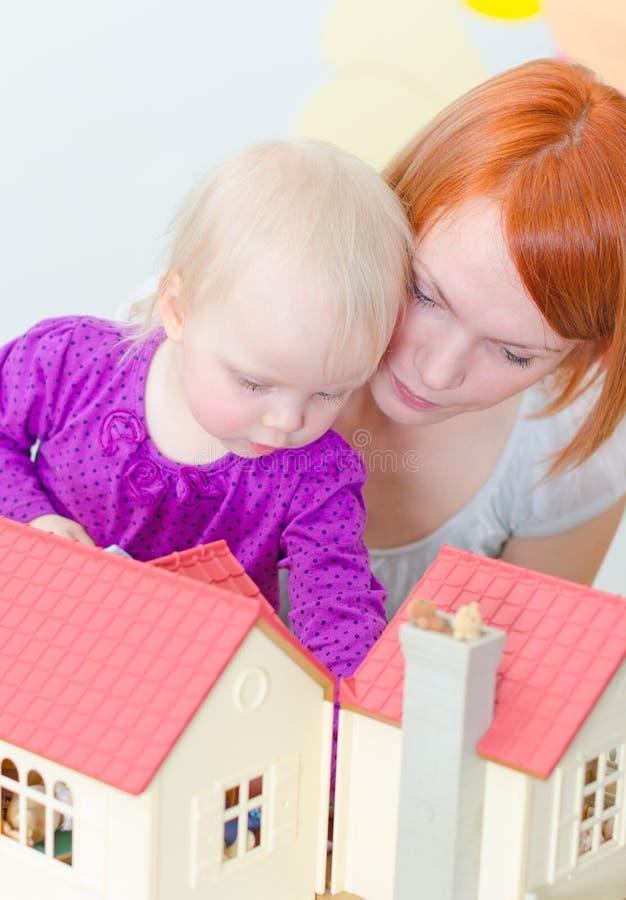 Leka för liten flicka och för moder royaltyfria bilder