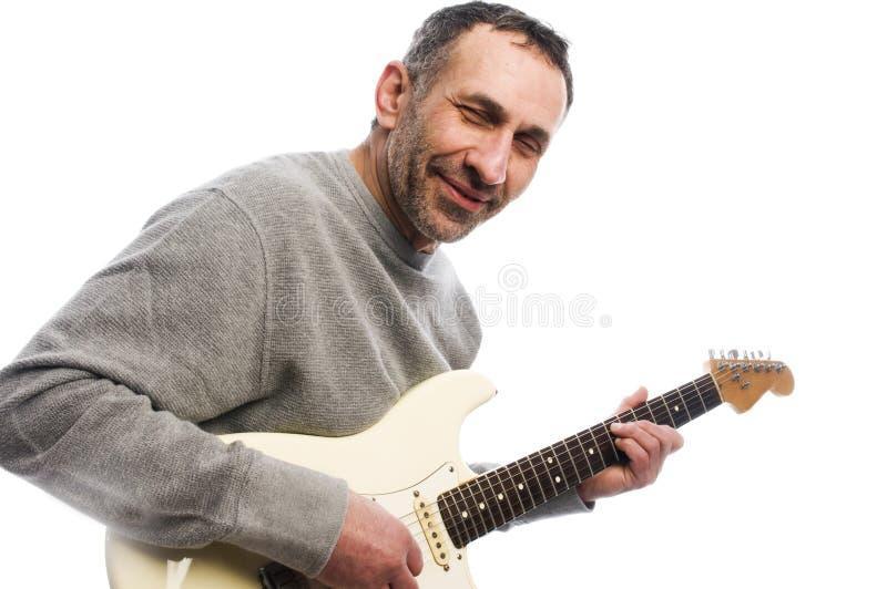 leka för musiker för åldergitarrman medel royaltyfria bilder