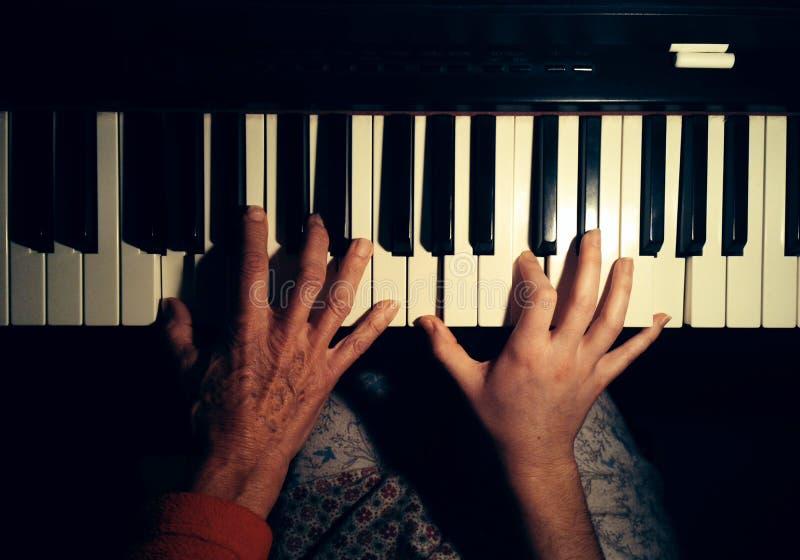 leka för piano royaltyfria bilder