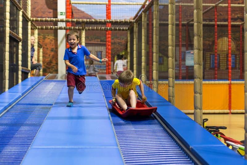 leka för pojkebarnlekplats fotografering för bildbyråer