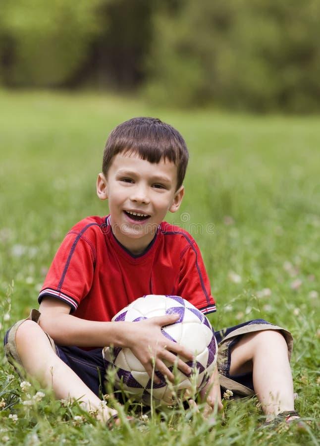 leka för pojkefotboll royaltyfria foton