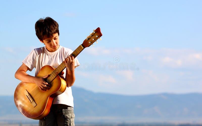 leka för pojkegitarr royaltyfria foton