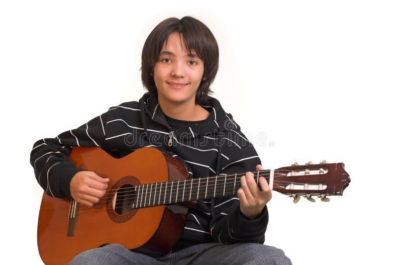 leka för pojkegitarr royaltyfria bilder