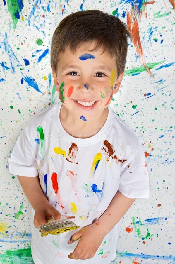 leka för pojkemålning royaltyfria bilder