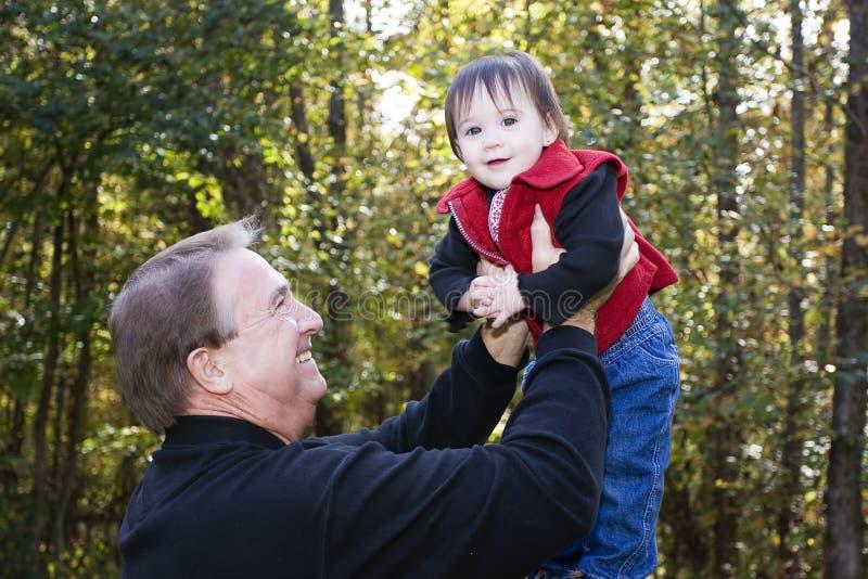leka för sondotterfarfar royaltyfri fotografi