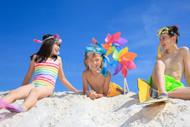 leka för strandbarn arkivbild