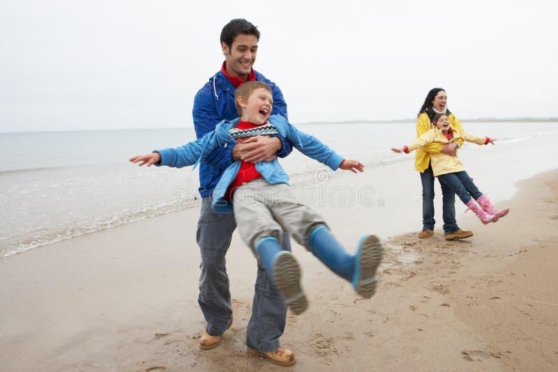 leka för strandfamilj royaltyfri foto