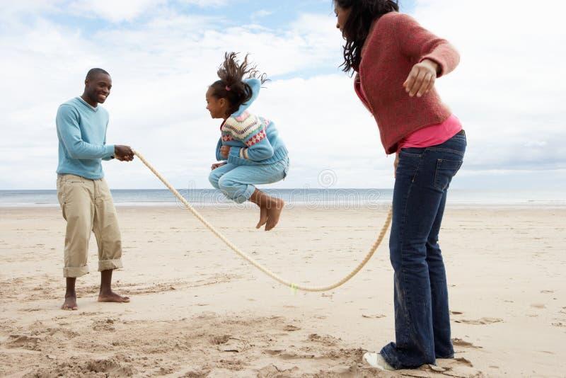 leka för strandfamilj royaltyfria foton